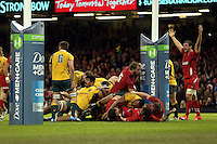 Pictured: Wales captain Sam Warburton (R) is protesting to the referee for not awarding a try. Saturday 08 November 2014<br />