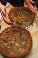 Europe/France/Rhône-Alpes/74/Haute-Savoie/Annecy-le-Vieux:  Démoulages des quiches aux légumes dans le Fast Good Bio - Fast-Food Bio: Cozna Vera de Marc Veyrat