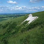Great Britain, England, Wiltshire, near Westbury: The Westbury White Horse, cut in 1778, below the Iron Age hill - fort of Bratton Castle | Grossbritannien, England, Wiltshire, bei Westbury: Das Westbury White Horse