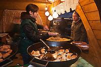 Europe/Voïvodie de Petite-Pologne/Cracovie:  Marché de Noël sur la Place du Marché: Rynek -  Kiosque vendant des Pierogi - - Les pierogi sont un plat typique de la cuisine polonaise. Leur forme et leur pâte ressemble à une sorte de ravioli.