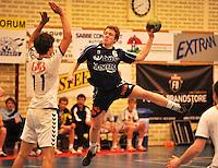 Handbal Izegem - Apolloon Kortrijk : Bengt Dewulf met de doelpoging voor Jakob Dhaene (11).foto VDB / BART VANDENBROUCKE