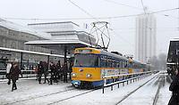 Wintereinbruch in Leipzig - erste geschlossene Schneedecke des Winters 2010 - Neuschnee - im Bild: TRAM Haltestelle Hauptbahnhof Leipzig Fahrgäste Verspätung einsteigen ÖPNV LVB .Foto: Norman Rembarz .