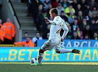 Pictured: Jonathan de Guzman of Swansea takes a free kick. Saturday 06 April 2013<br /> Re: Barclay's Premier League, Norwich City FC v Swansea City FC at the Carrow Road Stadium, Norwich, England.