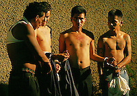 "Supuestos miembros de pandillas llamados mara  detenidos por la policia en la ciudad de Guatemala. Los mareros son pandillas juveniles que han expandido el crimen y la violencia en toda Centroamerica+ *Suspected gang members known as mara arrested by police in Guatemala. The mareros are youth gangs widespreading crime and violence all along Central America *Membres de gangs appelés ""mara"", détenus par la police dans la ville de Guatemala. Ces bandes de jeunes répandent le crime et la violence dans toute l'Amérique Centrale. +violence, délinquance, policiers, répression, braquages, vols, arrestations"