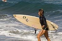 Surfer am Strand zwischen Sosua und Cabarete an der Nordküste, Dominikanische Republik