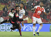 BOGOTÁ - COLOMBIA, 14-11-2018: Carlos Henao (Der.) de Santa Fe disputa el balón con Alvaro Montero (Izq.) arquero y Carlos Robles (C) del Tolima durante el encuentro entre Independiente Santa Fe y Deportes Tolima por los cuartos de final, ida, de la Liga Águila II 2018 jugado en el estadio Nemesio Camacho El Campin de la ciudad de Bogotá. / Carlos Henao (R) of Santa Fe struggles for the ball with Alvaro Montero (L) goalkeeper and Carlos Robles (C) of Tolima during match between Independiente Santa Fe and Deportes Tolima for the first leg quarter finals of the Aguila League II 2018 played at the Nemesio Camacho El Campin Stadium in Bogota city. Photo: VizzorImage / Gabriel Aponte / Staff