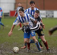 Club Roeselare - WS Oudenburg : Bram Derudder (links) vastgehouden door Simon Vanthuyne voor de toekijkende Frederik Demeyere (achter)<br /> Foto VDB / Bart Vandenbroucke