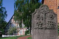 Deutschland, Niedersachsen, Altes Land, Steinkirchen, vor Kirche St.Martini et Nicolai, Grabstein