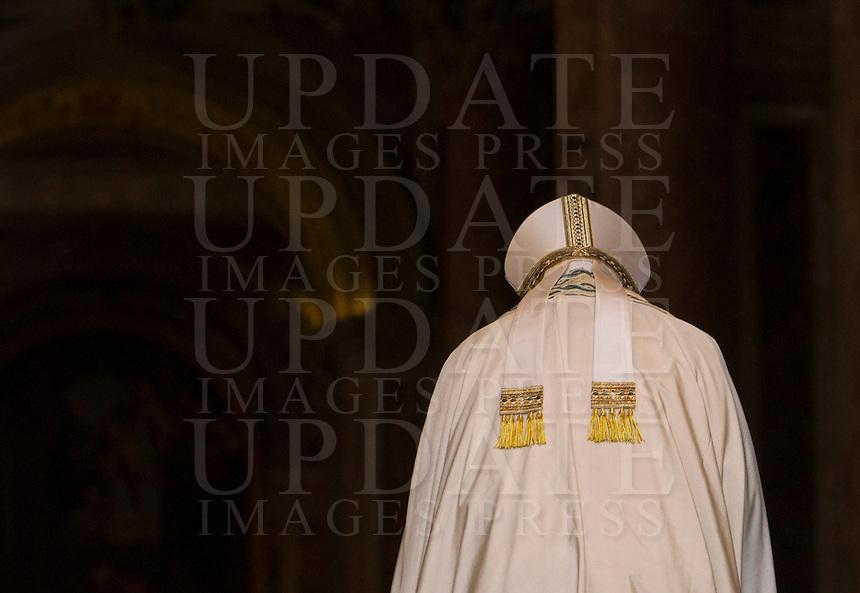 Papa Francesco varca la Porta Santa, in occasione dell'inizio ufficiale del Giubileo della Misericordia, nella Basilica di San Pietro, Citta' del Vaticano, 8 dicembre 2015.<br /> Pope Francis enters the Holy Door, on the occasion of the start of the Jubilee of Mercy, on St. Peter's Basilica at the Vatican, 8 December 2015.<br /> UPDATE IMAGES PRESS/Bonotto Giagnori<br /> <br /> STRICTLY ONLY FOR EDITORIAL USE<br /> <br /> *** ITALY AND GERMANY OUT ***