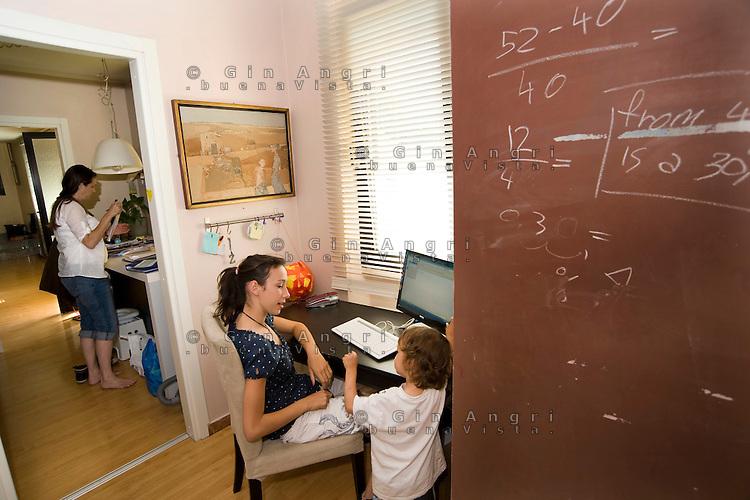 homeschooling, educazione domestica. Asya e Leonardo al computer