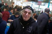 """Bis zu 600 Menschen versammelten sich am Freitag den 18. Januar 2013 in Berlin-Kreuzber zu einer sog. """"Schnippel-Disco"""". <br />750 kg knubbeliges, unschoenes und<br />ungewolltes Gemuese welches fuer den """"normalen Handel"""" zu klein, zu groß oder zu dick ist wurde fuer eine Protestsuppe geschnippelt. Die Suppe soll auf der """"WIR HABEN ES<br />SATT""""-Demo am Samstag den 19. Januar fuer mehere tausend Menschen gekocht werden.<br />Veranstaltet wurde die Aktion u.a. von den Organisatoren der Demonstartion sowie vom Slow Food Deutschland e.V. um ein Zeichen gegen die unsinnige Verschwendung von Lebensmittel zu setzen.<br />Im Bild: Wam Kat, Buchautor und einer der Gruender der Volkskueche """"Flaeming Kitchen"""", die bei politischen Veranstaltungen kocht.<br />18.1.2013, Berlin<br />Copyright: Christian-Ditsch.de<br />[Inhaltsveraendernde Manipulation des Fotos nur nach ausdruecklicher Genehmigung des Fotografen. Vereinbarungen ueber Abtretung von Persoenlichkeitsrechten/Model Release der abgebildeten Person/Personen liegen nicht vor. NO MODEL RELEASE! Don't publish without copyright Christian-Ditsch.de, Veroeffentlichung nur mit Fotografennennung, sowie gegen Honorar, MwSt. und Beleg. Konto:, I N G - D i B a, IBAN DE58500105175400192269, BIC INGDDEFFXXX, Kontakt: post@christian-ditsch.de<br />Urhebervermerk wird gemaess Paragraph 13 UHG verlangt.]"""