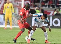 CALI - COLOMBIA, 07-12-2019: Luis Paz del América disputa el balón con James Sanchez de Cali durante partido por la final vuelta, de la Liga Águila II 2019 entre América de Cali y Atlético Junior jugado en el estadio Pascual Guerrero de la ciudad de Cali. / Luis Paz of America struggles the ball with James Sanchez of Junior during match for the second leg final match, as part of Aguila League II 2019 between America de Cali and Atletico Junior played at Pascual Guerrero stadium in Cali. Photo: VizzorImage / Alejandro Rosales / Cont