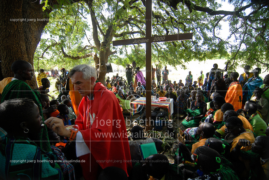 UGANDA Karamoja , Karimojong a pastoral tribe , christian mass with italian missionary under tree / UGANDA Karamoja , Volk der Karimojong , christliche Messe mit einem italienischen Missionar unter einem Baum