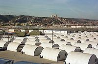 Nach dem Erdbeben im August in der Tuerkei leben tausende Menschen in Zeltlagern und Behilfszelten. Das tuerkische Militaer hat nahe der Ortschaft Asagi Yuvacik Mahallesi das Zeltlager Mehmetzik Kenti fuer ca. 4.500 Menschen errichtet. Hier leben Menschen, deren Haeuser vollstaendig zerstoert wurden.<br /> Hier: Blick ueber das Vorzeigelager, im Hintergrund die Stadt Izmit.<br /> 13.10.1999, Izmit/Tuerkei<br /> Copyright: Christian-Ditsch.de<br /> [Inhaltsveraendernde Manipulation des Fotos nur nach ausdruecklicher Genehmigung des Fotografen. Vereinbarungen ueber Abtretung von Persoenlichkeitsrechten/Model Release der abgebildeten Person/Personen liegen nicht vor. NO MODEL RELEASE! Nur fuer Redaktionelle Zwecke. Don't publish without copyright Christian-Ditsch.de, Veroeffentlichung nur mit Fotografennennung, sowie gegen Honorar, MwSt. und Beleg. Konto: I N G - D i B a, IBAN DE58500105175400192269, BIC INGDDEFFXXX, Kontakt: post@christian-ditsch.de<br /> Bei der Bearbeitung der Dateiinformationen darf die Urheberkennzeichnung in den EXIF- und  IPTC-Daten nicht entfernt werden, diese sind in digitalen Medien nach §95c UrhG rechtlich geschützt. Der Urhebervermerk wird gemaess §13 UrhG verlangt.]