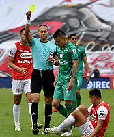 BOGOTA-COLOMBIA, 15-10-2020: Edilson Ariza, arbitro muestra tarjeta amarilla a Walmer Pacheco de La Equidad, durante partido de la fecha 14 entre Independiente Santa Fe y La Equidad, por la Liga BetPlay DIMAYOR 2020 en el estadio Nemesio Camacho El Campin de la ciudad de Bogota. / Edilson Ariza, referee shows yellow card to Walmer Pacheco of La Equidad, during a match of the 14th date between Independiente Santa Fe and La Equidad, for the BetPlay DIMAYOR Leguaje 2020 at the Nemesio Camacho El Campin Stadium in Bogota city. / Photo: VizzorImage / Luis Ramirez / Staff.