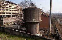 Milano, periferia nord. Vecchia torre dell'acqua tra l'ex Palazzo delle Poste di piazzale Lugano e lo scalo merci ferroviario Farini --- Milan, north periphery. Water tower between former Post building and the freight railway yard Farini