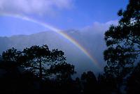 Spanien, Kanarische Inseln, La Palma, Regenbogen am Mirador La Cumbrecita bei El Paso