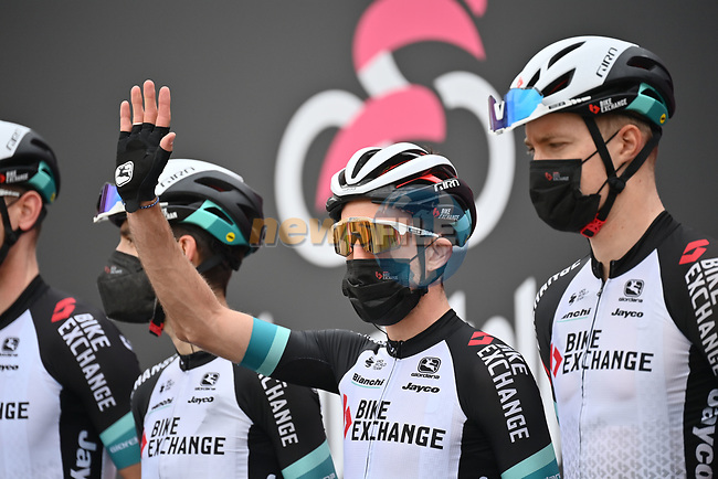 Simon Yates (GBR) and Team BikeExchange at sign on before the start of Stage 2 of the 2021 Giro d'Italia, running 179km from Stupinigi (Nichelino) to Novara, Italy. 9th May 2021.  <br /> Picture: LaPresse/Massimo Paolone | Cyclefile<br /> <br /> All photos usage must carry mandatory copyright credit (© Cyclefile | LaPresse/Massimo Paolone)