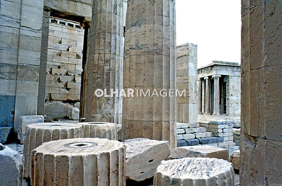 Colunas Jônica nas ruínas da Acróple em Atenas. Grécia. 2000. Foto de Renata Mello.
