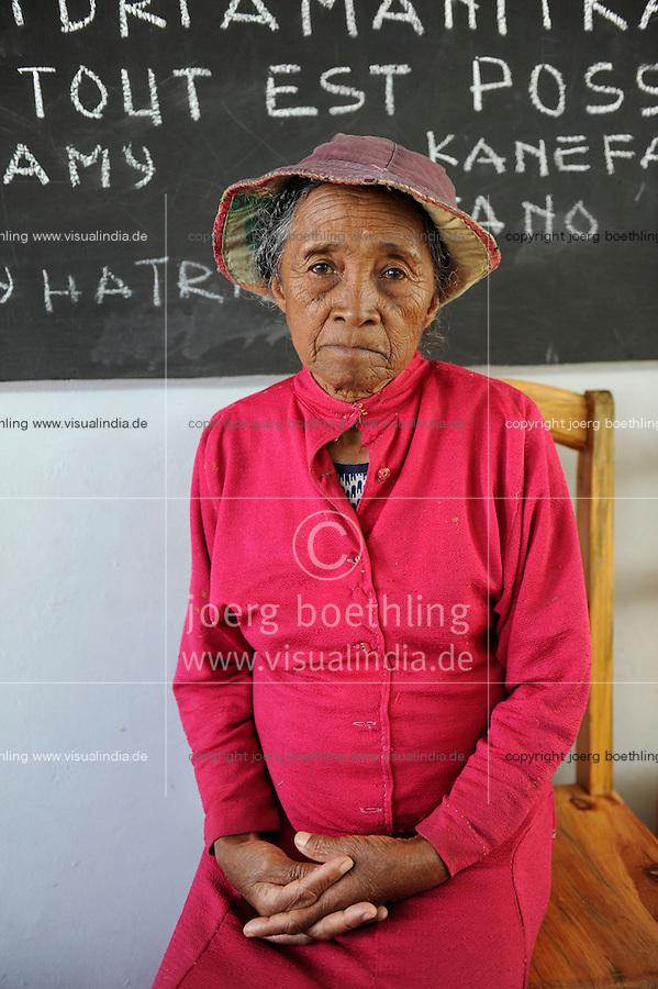 """MADAGASCAR Antananarivo, catholic priest Per Pedro Opeka has build Akamasoa a social community project with housing schemes, health units and schools for the poorest of Tana, old woman / MADAGASKAR Pater Pedro Opeka hat die Gemeinde Akamasoa , auf madagassisch """"gute Freunde"""" , mit Muellsammlern, Bettlern und Sozialschwachen auf einem Huegel bei Antananarivo erbaut, Teil des Projektes sind Hausbau, Schulen, Krankenhaeuser und Beschaeftigung, alte Frau"""