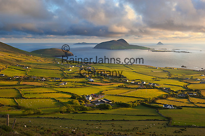 Ireland, County Kerry, The Dingle Peninsula: View over Blasket Sound to the Blasket Islands and Slea Head | Irland, County Kerry, The Dingle Peninsula: Blick ueber Blasket Sound zum Blasket Islands und Slea Head