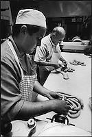 Europe/France/Alsace/67/Bas-Rhin/ Strasbourg: Préparations des saucisses pour la choucroute chez Mr Muller, charcutier