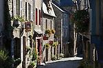 France, Brittany, Département Côtes-d'Armor, Dinan: Cobbled street, Rue du Petit Four and typical Breton stone houses | Frankreich, Bretagne, Département Côtes-d'Armor, Dinan: Altstadtgasse Rue du Petit Four und typische Bretonische Steinhaeuser