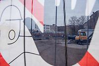 """Unter dem Motto """"Kein Hotelneubau in Kreuzberg36!"""" protestierten am Samstag den 24. November Anwohnerinnen und Anwohner gegen den geplanten Bau eines Hotels mit Shopping Mall in der Skalitzerstrasse, unweit des Kottbusser Tor.<br /> Der Betreiber der Hasir-Restaurants will einen achtstoeckigen Hotel- und Hostel-Komplex mit bis zu 750 Betten, eigenem Busanreiseparkplatz und Shopping Mall errichten. Die Anwohner wehren sich dagegen, dass ihr Kiez immer mehr zur """"Spielwiese fuer den Massentourismus"""" wird, es gebe mittlerweile """"schon neun Hotels und Hostels in der Gegend"""". Zudem kauft der Hasir-Betreiber laut Aussagen von Anwohnern seit Jahren Haeuser auf und erhoeht dann massiv die Mieten, was zur Verdraengung der Anwohner und alteingesessenen Gewerbetreibenden fuehrt.<br /> Im Bild: Die Hotelbaustelle.<br /> 24.11.2018, Berlin<br /> Copyright: Christian-Ditsch.de<br /> [Inhaltsveraendernde Manipulation des Fotos nur nach ausdruecklicher Genehmigung des Fotografen. Vereinbarungen ueber Abtretung von Persoenlichkeitsrechten/Model Release der abgebildeten Person/Personen liegen nicht vor. NO MODEL RELEASE! Nur fuer Redaktionelle Zwecke. Don't publish without copyright Christian-Ditsch.de, Veroeffentlichung nur mit Fotografennennung, sowie gegen Honorar, MwSt. und Beleg. Konto: I N G - D i B a, IBAN DE58500105175400192269, BIC INGDDEFFXXX, Kontakt: post@christian-ditsch.de<br /> Bei der Bearbeitung der Dateiinformationen darf die Urheberkennzeichnung in den EXIF- und  IPTC-Daten nicht entfernt werden, diese sind in digitalen Medien nach §95c UrhG rechtlich geschuetzt. Der Urhebervermerk wird gemaess §13 UrhG verlangt.]"""