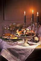 Gastronomie générale/Repas de Réveillon: Table de Noël derssée avec fruits et fruits secs, foie gras,