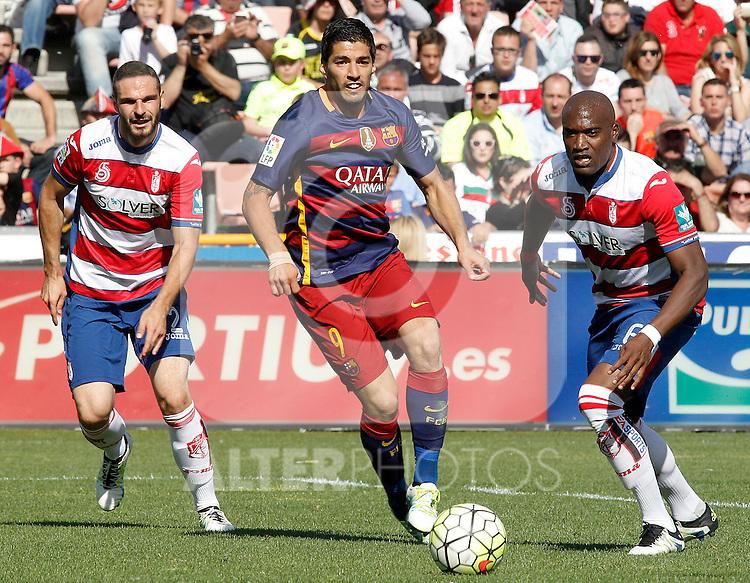 Granada's David Lomban (l) and Jean-Sylvain Babin (r) and FC Barcelona's Luis Suarez during La Liga match. May 14,2016. (ALTERPHOTOS/Acero)