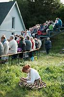 Estland, Zuschauer beim ersten Nargen Gesangs-Festival auf der Insel Naissaar in Estland <br /> <br /> Engl.: Europe, the Baltic, Estonia, Naissaar island, first Naissaar Song Celebration, song festival, culture, visitors, woman, meadow, 28 June 2014<br /> <br />    Sieben herausragende Accapella-Choere aus Estland singen Lieder mit Bezug auf das Meer und geben auch schon einen kleinen Vorgeschmack auf das Repertoire des grossen Saengerfeste in Tallinn, 28.06.2014