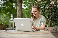 """Laura Mitulla, Gruenderin des Blogazine """"The ORNC"""".<br /> Laura Mitulla bezeichnet sich selbst als """"gruene Minimalistin"""" und schreibt zu Themen Nachhaltigkeit, bewusstem Konsum, Fair Fashion, Organic Beauty und nachhaltigem Minimalismus. <br /> 30.7.2019, Berlin<br /> Copyright: Christian-Ditsch.de<br /> [Inhaltsveraendernde Manipulation des Fotos nur nach ausdruecklicher Genehmigung des Fotografen. Vereinbarungen ueber Abtretung von Persoenlichkeitsrechten/Model Release der abgebildeten Person/Personen liegen nicht vor. NO MODEL RELEASE! Nur fuer Redaktionelle Zwecke. Don't publish without copyright Christian-Ditsch.de, Veroeffentlichung nur mit Fotografennennung, sowie gegen Honorar, MwSt. und Beleg. Konto: I N G - D i B a, IBAN DE58500105175400192269, BIC INGDDEFFXXX, Kontakt: post@christian-ditsch.de<br /> Bei der Bearbeitung der Dateiinformationen darf die Urheberkennzeichnung in den EXIF- und  IPTC-Daten nicht entfernt werden, diese sind in digitalen Medien nach §95c UrhG rechtlich geschuetzt. Der Urhebervermerk wird gemaess §13 UrhG verlangt.]"""