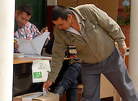 TUNJA -COLOMBIA. 25-05-2014. Colombianos ejercen su derecho al voto en Tunja, Boyacá, durante la jornada de elecciones Presidenciales en en Colombia que se realizan hoy 25 de mayo de 2014 en todo el país./ Colombian people exerts their right to vote in Tunja, Boyaca,  during the day of Presidential elections in Colombia that made today May 25, 2014 across the country. Photo: VizzorImage / Jose M Palencia /Str