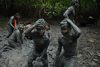Foliões entram no manguezal se sujando de lama durante o carnaval no litoral do Pará. <br /> Curuçá, Pará, Brasil <br /> Foto Paulo Santos <br /> /2009