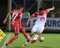 BOGOTA - COLOMBIA -29 -10-2016: Wilmer Boyaca (Izq.) jugador de Fortaleza C.E.I.F, disputa el balón con Yulian Anchico (Der.) jugador de Independiente Santa Fe, durante partido entre Fortaleza C.E.I.F, e Independiente Santa Fe, por la fecha 18 de la Liga Aguila II-2016, jugado en el estadio Metropolitano de Techo de la ciudad de Bogota. / Wilmer Boyaca (L) player of Fortaleza C.E.I.F, vies for the ball with con Yulian Anchico (R) player of Independiente Santa Fe, during a match between Fortaleza C.E.I.F, and Independiente Santa Fe, for the  date 18 of the Liga Aguila II-2016 at the Metropolitano de Techo Stadium in Bogota city, Photo: VizzorImage  / Luis Ramirez / Staff.