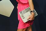 Fatmire Bajramaj (GER) mit Handtasche auf dem roten Teppich (Andreas Meier/EQ Images)