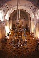 San Pietroburgo salone del museo con lampadari