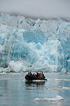 Glacier du 14 juillet découvert en 1906 par le Prince Albert 1er de Monaco lors d'une de ses quatre expeditions au Spitzberg. On s aventure au zodiac au milieu des icebergs. Moteur coupe, on admire les reflets bleutes et les formes tourmentees de la glace. .