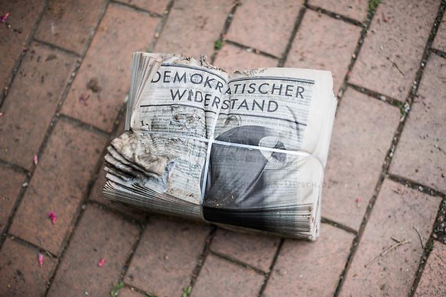 """Ein vom Regen durchnaesstes Paket der Zeitung """"Demokratischer Widerstand"""" liegt auf der Strasse. Die Zeitung wird von Anti-Corona-Verschwoerungsanhaengern verteilt, die sich gegen die Einschraenkungen im Zuge der Covid-19-Pandemie wehren.<br /> 30.4.2020, Berlin<br /> Copyright: Christian-Ditsch.de<br /> [NUR FUER REDAKTIONELLE ZWECKE! Werbung nur auf Anfrage beim Fotografen. Inhaltsveraendernde Manipulation des Fotos nur nach ausdruecklicher Genehmigung des Fotografen. Vereinbarungen ueber Abtretung von Persoenlichkeitsrechten/Model Release der abgebildeten Person/Personen liegen nicht vor. NO MODEL RELEASE! Don't publish without copyright Christian-Ditsch.de, Veroeffentlichung nur mit Fotografennennung, sowie gegen Honorar, MwSt. und Beleg. Konto: I N G - D i B a, IBAN DE58500105175400192269, BIC INGDDEFFXXX, Kontakt: post@christian-ditsch.de<br /> Bei der Bearbeitung der Dateiinformationen darf die Urheberkennzeichnung in den EXIF- und  IPTC-Daten nicht entfernt werden, diese sind in digitalen Medien nach §95c UrhG rechtlich geschuetzt. Der Urhebervermerk wird gemaess §13 UrhG verlangt.]"""