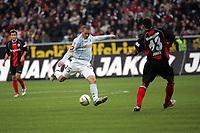 Leon Andreasen (FSV Mainz 05) zieht ab gegen Jermaine Jones (Eintracht Frankfurt)