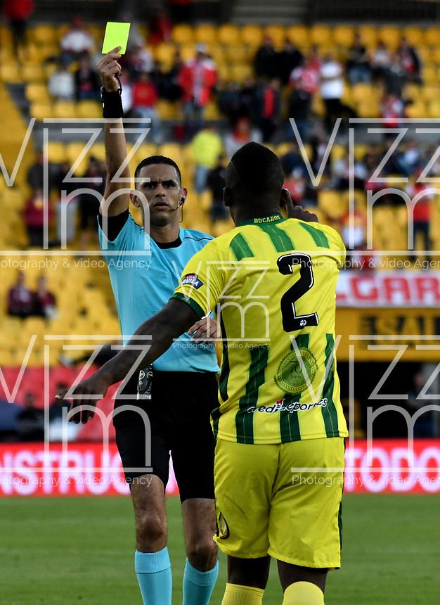 BOGOTÁ - COLOMBIA, 25-08-2018: Carlos Ortega (Izq.), arbitro, muestra tarjeta amarilla a Marlon Torres (Der.), jugador de Atlético Bucaramanga, durante partido de la fecha 6 entre Independiente Santa Fe y Atlético Bucaramanga, por la Liga Aguila II 2018, en el estadio Nemesio Camacho El Campin de la ciudad de Bogota. / Carlos Ortega (L), referee, shows yellow card to Marlon Torres (R) player of Atlético Bucaramanga,  during a match of the 6th date between Independiente Santa Fe and Atletico Bucaramanga, for the Liga Aguila II 2018 at the Nemesio Camacho El Campin Stadium in Bogota city, Photo: VizzorImage / Luis Ramírez / Staff.
