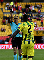 BOGOTÁ - COLOMBIA, 25-08-2018: Carlos Ortega (Izq.), arbitro, muestra tarjeta amarilla a Marlon Torres (Der.), jugador de Atlético Bucaramanga, durante partido de la fecha 6 entre Independiente Santa Fe y Atlético Bucaramanga, por la Liga Aguila II 2018, en el estadio Nemesio Camacho El Campin de la ciudad de Bogota. / Carlos Ortega (L), referee, shows yellow card to Marlon Torres (R) player of Atlético Bucaramanga,  during a match of the 6th date between Independiente Santa Fe and Atletico Bucaramanga, for the Liga Aguila II 2018 at the Nemesio Camacho El Campin Stadium in Bogota city, Photo: VizzorImage / Luis Ramírez / Staff.