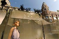 Kaufhaus El Corte Ingles spiegelt sich im Modegeschäft Zara an der Portal de Angel, Barcelona, Spanien