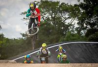 VILLAVICENCIO - COLOMBIA, 18-09-2021:  Ciclistas participan en una de las competencias como parte de la VI – VII Válidas de la Copa Nacional de BMX, que se lleva a cabo del 17 al 19 de septiembre, en la pista SuperCross, de la Avenida Nueva Colombia en Villavicencio Meta. / Cyclists participate in one of the competitions as part of the VI - VII Valid of the National BMX Cup, which takes place from September 17 to 19, on the SuperCross track, Avenida Nueva Colombia in Villavicencio Meta. Photo: VizzorImage / Juan Herrera / Cont