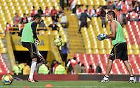BOGOTÁ -COLOMBIA, 04-05-2014. Jugadores de Once Caldas calientan previo al encuentro de vuelta entre Independiente Santa Fe y Once Caldas por los cuartos de final de la Liga Postobón I 2014 jugado en el estadio Nemesio Camacho El Campín de la ciudad de Bogotá./  Players of Once Caldas warm up prior of the second leg match between Independiente Santa Fe and Once Caldas for the quarterfinals of the Postobon League I 2014 played at Nemesio Camacho El Campin stadium in Bogota city. Photo: VizzorImage/ Gabriel Aponte / Staff