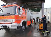 Sandra Fritz reinigt das Einsatzfahrzeug der Feuerwehr Walldorf - Moerfelden-Walldorf 14.08.2020: Aufräumarbeiten bei der Feuerwehr Walldorf nach dem großen Waldbrand nahe dem Frankfurter Flughafen, emonline