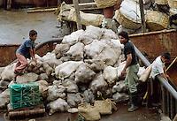 - loading of a boat leaving for Bluefields on the Atlantic coast along the river Rio Escondido ....- carico di un battello in partenza per Bluefields sulla costa atlantica lungo il  fiume Rio Escondido....