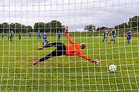 Niklas Strohauer (Erfelden) erzielt per Elfmeter das 3:2 gegen Torwart Dominic Zell (Rüsselsheim) - Erfelden 29.08.2021: SKG Erfelden gegen DJK SG Eintracht Rüsselsheim, Sportplatz Erfelden