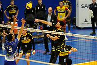 24-04-2021: Volleybal: Amysoft Lycurgus v Draisma Dynamo: Groningen Dynamo speler Maikel van Zeist smasht de bal over Lycurgus speler Hossein Ghanbari