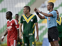 ARMENIA -COLOMBIA-11-05-2014. Leonard Mosquera (Der), árbitro, durante el encuentro entre Deportes Quindio y América de Cali por la fecha 18 del Torneo Postobón I 2014 jugado en el estadio Centenario de la ciudad de Armenia./ Leonard Mosquera (R), referee, during the match between Deportes Quindio and America de Cali for the 18th date of Postobon Tournament I 2014 played at Centenario stadium in Armenia city. Photo: VizzorImage/ Gabriel Aponte / Staff